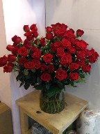 100 red roses in a vase